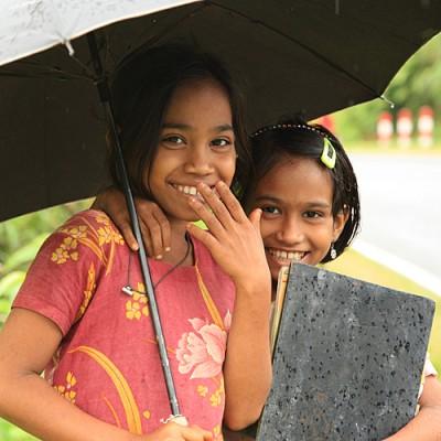 twee meisjes onder paraplu