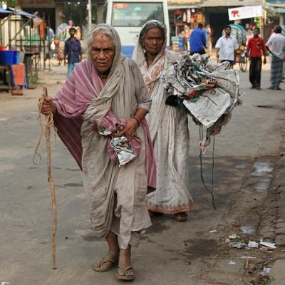 2.7.twee arme vrouwen in straat